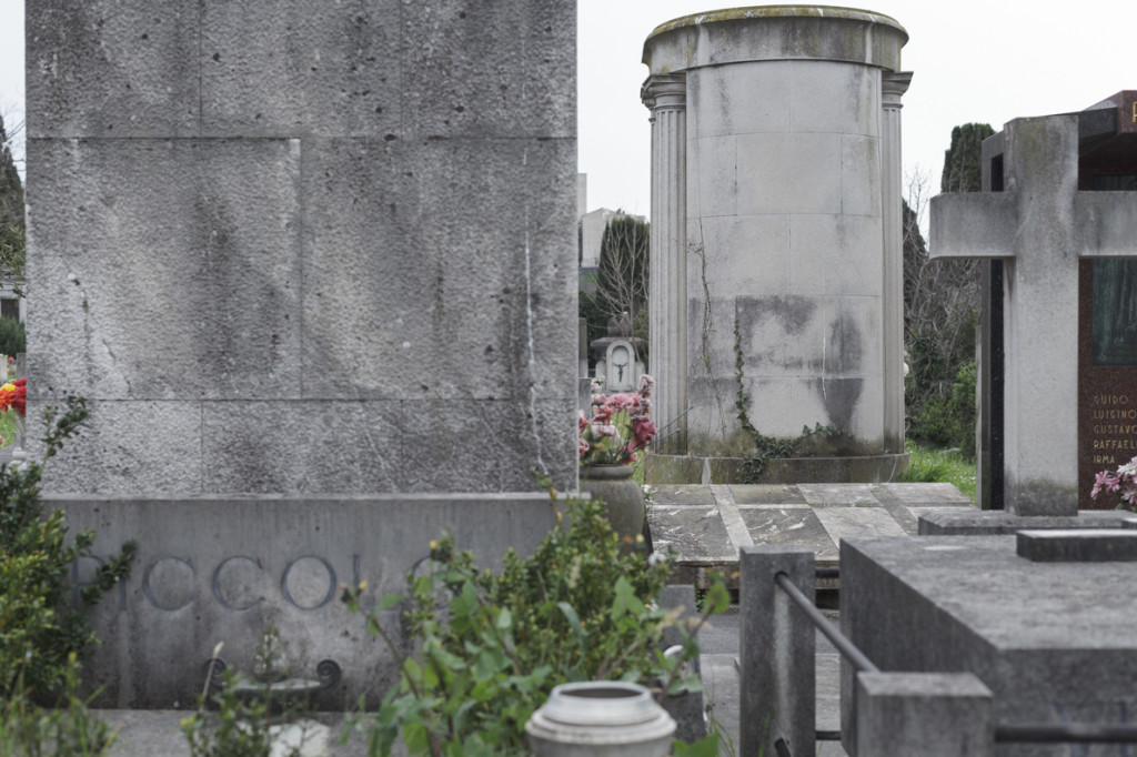 La tomba della famiglia Rogers al cimitero di Sant'Anna a Trieste. Due semplici croci latine, in marmo rosa e verde, in contrasto con i volumi e la verticalità degli altri monumenti funebri circostanti (Foto: Fabrizio Giraldi)