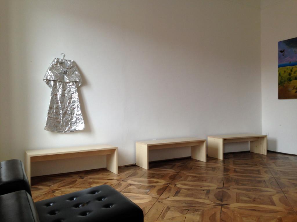 Un dettaglio di ZimmerFrei con un abito di Odinea Pamici e un dipinto di Antonio Sofianopulo.