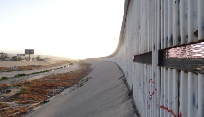 La frontiera tra gli Stati Uniti e il Messico in una immagine di Lea-Sophie Lazić-Reuschel