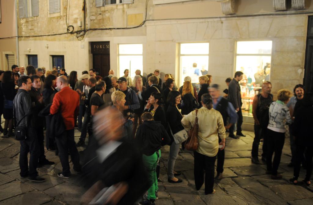 Il pubblico all'esterno della Galerija Makina per Ponterosso / Memorie, 11 ottobre 2014, Pola (Courtesy Glas Istre)