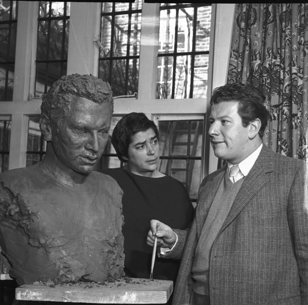 Fiore de Henriquez con l'attore inglese Peter Ustinov e il suo ritratto, 28 ottobre 1955 (foto di Felix Fonteyn)